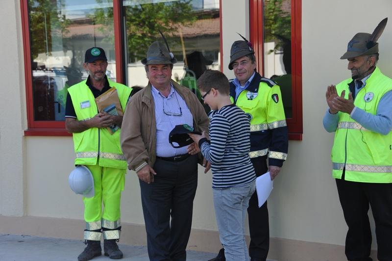 Il berretto blu dell'ANA consegnato dal Presidente Benedetti